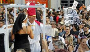 Imagen de la marcha laica contra la dedicación de dinero público a la visita del papa a Madrid en 2011
