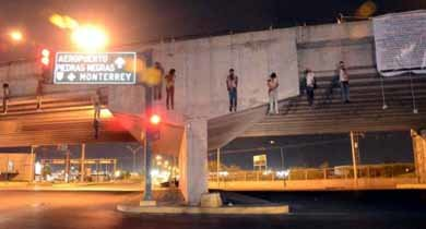 Nueve cadáveres colgados de un puente en México