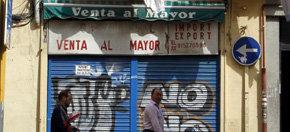 Fachada de un negocio de inmigrantes cerrado por la crisis en algún barrio de Madrid