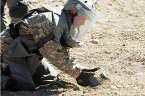 Un especialista militar en la zona minada, en el Complejo fronterizo de Chacalluta.