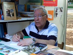 Geral Aci firmó ejemplares de su libro 'El Embargo'