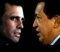Henrique Capriles (i) y Hugo Chávez