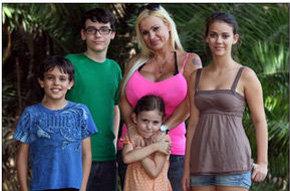 Lucha por tener los pechos más grandes del mundo a pesar de las súplicas de sus hijos