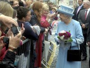 Isabel II y McGuinness se dan la mano en un acto histórico