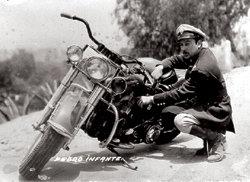 """Pedro en una imagen que evoca a su contemporáneo Marlon Brando, en """"El Salvaje"""""""