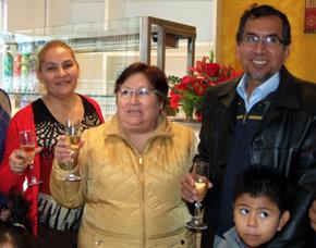 Dora Guti�rrez Rivas, (centro) en el momento de inaugurar el nuevo local.