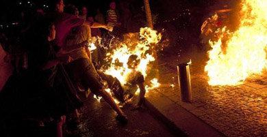 En la imagen, manifestantes intentan apagar las llamas del hombre durante una protesta para reclamar justicia social en Tel Aviv, el 14 de julio de 2012.