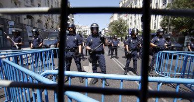 Agentes de la Polic�a tras el cord�n de seguridad en las inmediaciones del Congreso