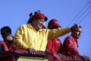El presidente de Venezuela, Hugo Ch�vez, saluda a partidarios durante un m�tin