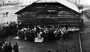 Una de las orquestas del campo de concentración deleitando a los presos
