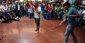 Ind�genas colombianos castigan con latigazos a miembros de las FARC