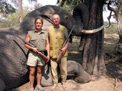 El Rey posa junto a un elefante abatido, en una imagen de 2006