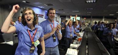 Personal del Laboratorio de Ciencias Marcianas celebran el amartizaje  del vehículo explorador Curiosity