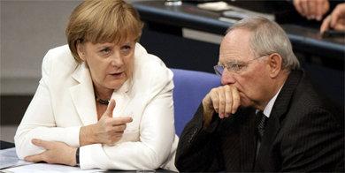 La canciller alemana Angela Merkel junto al ministro alemán de Finanzas, Wolfgang Schauble