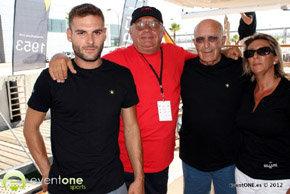 """Nuestro colaborador Quino Moreno (de rojo), fotografiado en las paginas de """"EventOneTv"""", momentos antes de cubrir la regata con la familia Belluire"""