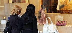 Dos mujeres contemplan un escaparate en alguna calle de Madrid...
