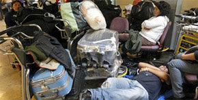 Inmigrantes aguardan la hora de embarcar en Barajas
