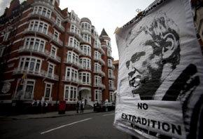 Póster del fundador de WikiLeaks a la entrada de la embajada de Ecuador en Londres.