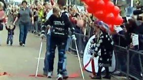Un exoesqueleto permite a una mujer británica volver a andar