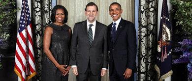 El presidente del Gobierno, Mariano Rajoy, junto al matrimonio Obama.