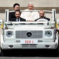 Paolo Gabriele, el exmayordomo del Papa (izq. en la primera línea)