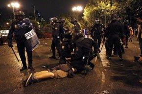 Agentes de los antidisturbios detienen a una persona cerca del Congreso de los Diputados durante la protesta por el 25-S. (Jorge París)