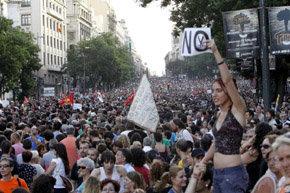 Manifestación contra los recortes a su paso por la calle Alcalá