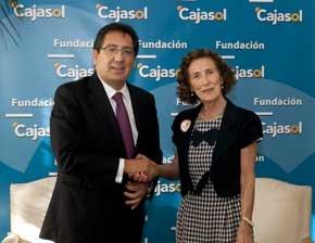 Antonio Pulido y Mª Luisa Guardiola firmando el convenio en la sede de Cajasol en Sevilla
