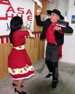 Margarita y Rolando bailando un 'pie de cueca' (Foto: Dubal)