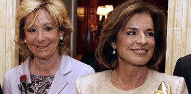 La presidenta del PP madrileño, Esperanza Aguirre (i), y la alcaldesa, Ana Botella.