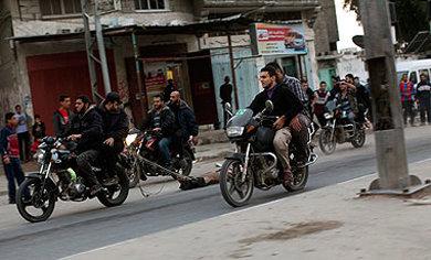 Publican imagen de palestino sospechoso de 'traición' arrastrado por una moto en Gaza