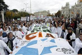 Una 'marea blanca' colapsa el centro de Madrid en defensa de la sanidad pública