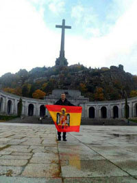 Un concejal del PP se fotografía en la explanada del Valle de los Caídos con la bandera franquista