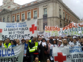 """Miles de trabajadores y usuarios de la sanidad pública convirtieron de nuevo el centro de Madrid en una marea de """"batas blancas""""."""