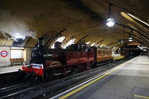 El metro de Londres cumple 150 años y trae a la vida la locomotora a vapor