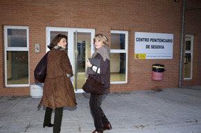 Esperanza Aguirre (d) a su llegada al centro penitenciario de Segovia