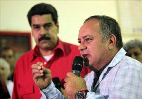 Fotografía cedida por Miraflores del presidente de la Asamblea Nacional, Diosdado Cabello (d), hablando cerca del vicepresidente de Venezuela, Nicolás Maduro (i)