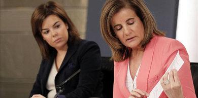 La vicepresidenta del Gobierno, Soraya Sáenz de Santamaría, y la ministra de Empleo, Fátima Báñez, tras el Consejo de Ministros de este viernes / EFE