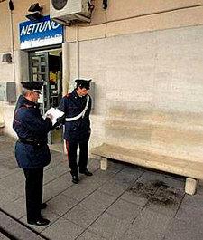 Dos policías observan el lugar de los hechos