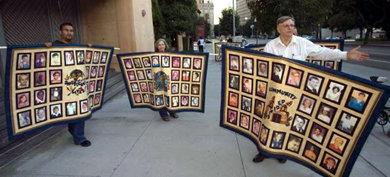 Imagen de archivo de 2006 de una protesta de las víctimas de abusos de religiosos, en Los Ángeles, EE UU.