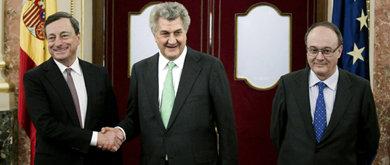 Mario Draghi (i), junto al presidente del Congreso, Jesús Posada (c), y el Gobernador del BdE, Luis María Linde (Efe).