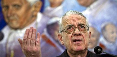 El portavoz del Vaticano, el jesuita Federico Lombardi, habla en rueda de prensa.