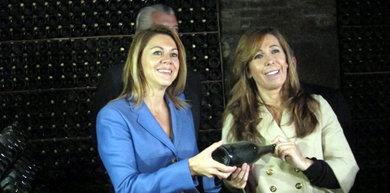 María Dolores de Cospedal y Alicia Sánchez-Camacho en una bodega de cava.