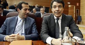 El consejero de Presidencia, Salvador Victoria (i),  junto al presidente madrileño, Ignacio González. EFE