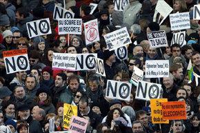Manifestantes concentrados en la plaza de Neptuno de la capital