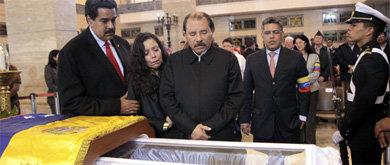 El vicepresidente Nicolás Maduro (i), junto al presidente de Nicaragua, Daniel Ortega (d), y su esposa (Efe).