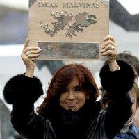 Cristina Fernández, con una placa de las islas.