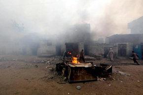 Una turba quema por lo menos un centenar de casas de cristianos en Pakistán