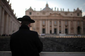 Un sacerdote observa la Basílica de San Pedro. FOTO: Christopher Furlong/Getty Images