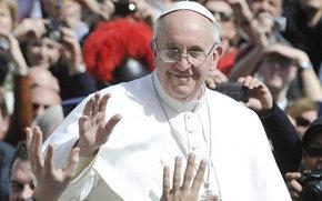 El Papa Francisco saluda a los fieles en la Plaza de San Pedro.